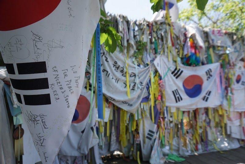 """""""We pray por Peace of North and South Korea"""", en la llamada """"Bridge of No Return"""", el Puente sin Regreso"""