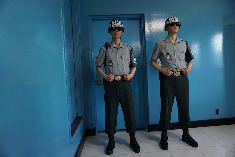 Dos soldados surcoreanos en el pabellón Panmunjak donde se firmó el armisticio militar en 1953