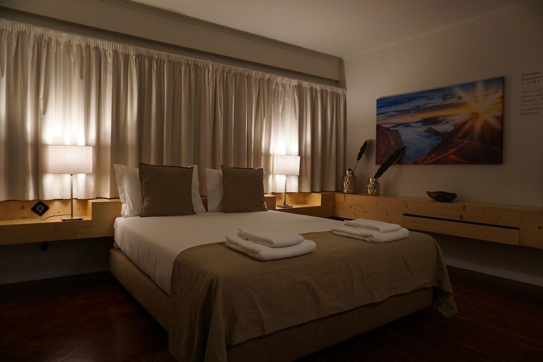 Foto nuestra de la habitación al llegar, de noche. No le hace justicia a la cama esa comodísima...