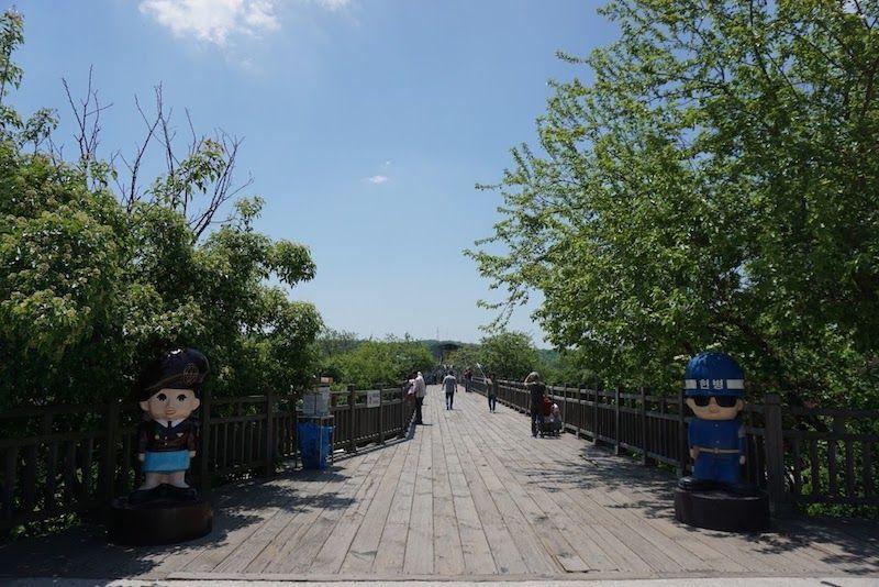 Dos guardias cuqui-coreanos custodiando el puente de la libertad...