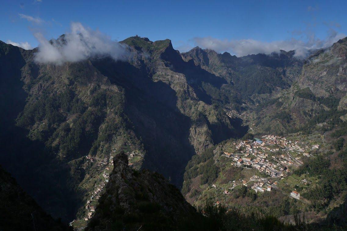 Curral las Freiras (ese pueblo encajado entre montañas) desde el mirador de Eiro do Serrado
