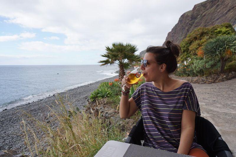 Disfrutando de una coral bien fresquita, en manga corta, frente al mar, en Enero... ¡Madeira, te queremos!