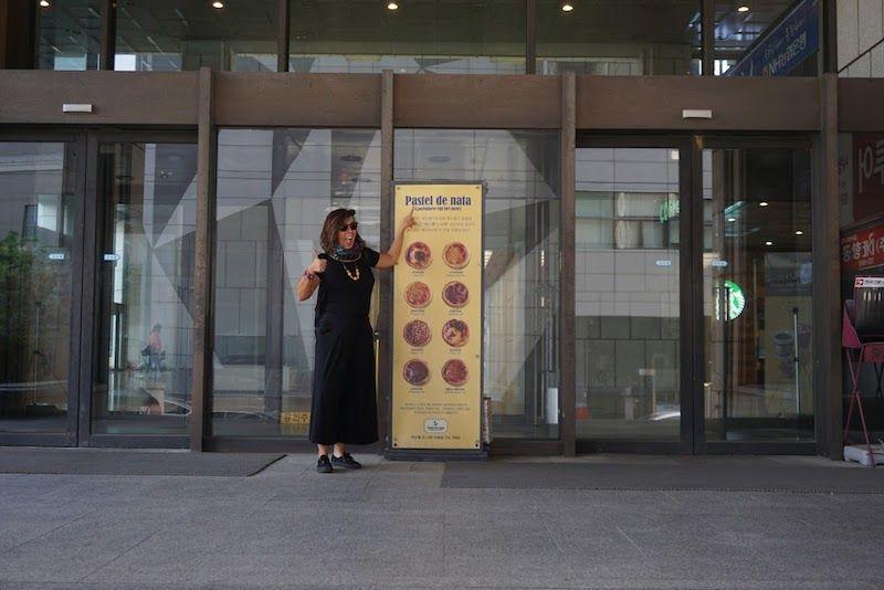 Inês encantada de ver pastéis de nata (que no de Belém) por Seúl