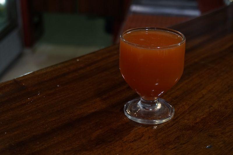 Esto es la famosa Poncha, la bebida alcohólica típica madeirense. Se hace con zumo de fruta y aguardiente de caña. Esta es de Pitanga, una fruta pequeñita roja que está buenísima.