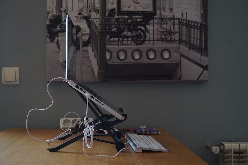 """Así luce nuestra """"oficina móvil"""" con el soporte más barato que compramos en Amazon. En este caso, trabajando desde casa de unos amigos en Madrid"""