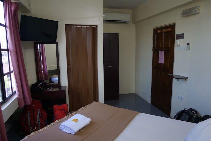 """Uno de los muchos alojamientos en los que teníamos TV en la habitación con HDMI (este, en George Town, Malasia). Basta un cable para conseguir unos días de """"manta+peli""""!"""