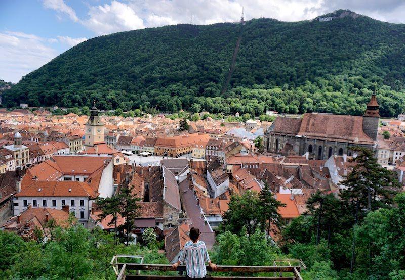 Inês intentando encontrar algún oso desde el mirador de la Torre Blanca, nuestra vista favorita de Brasov
