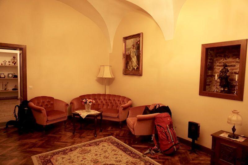 Nuestra habitación enorme con sofá incluído de nuestro apartamento en Sibiu. ¡Muy recomendable!
