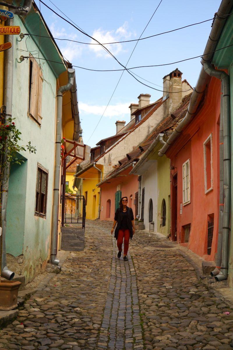 Inês en una calle del casco antiguo de Sighisoara