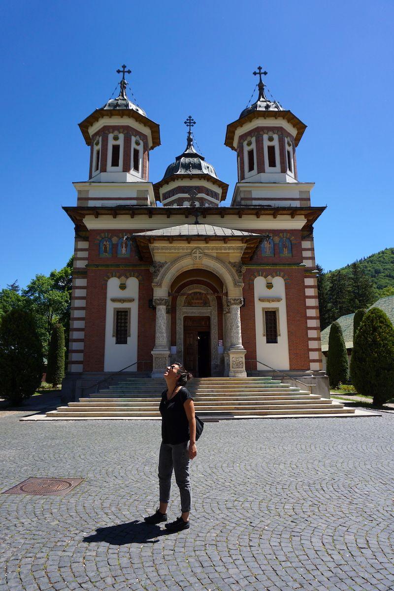 Inês en frente al Monasterio de Sinaia