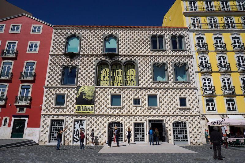 """La curiosa fachada de la """"Casa dos Bicos"""" (Casa de los Picos) donde se encuentra la Fundación José Saramago"""
