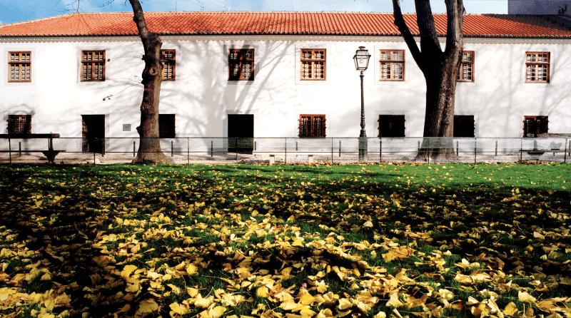 Jardín de la Plaza de Amoreiras y el edificio histórico donde se encuentra la Fundación