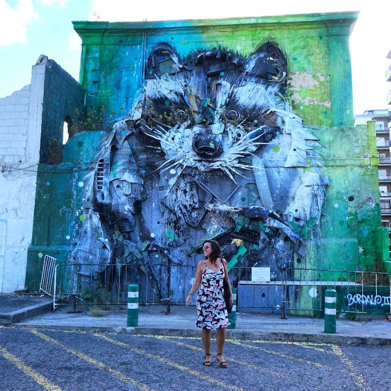 Inês frente a una obra de bordalo al lado del Centro Cultural de Belém