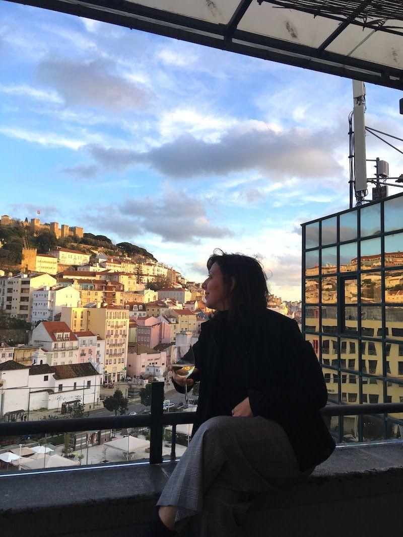 Un fragmento de las vistas al castillo de São Jorge desde la terraza del bar TOPO