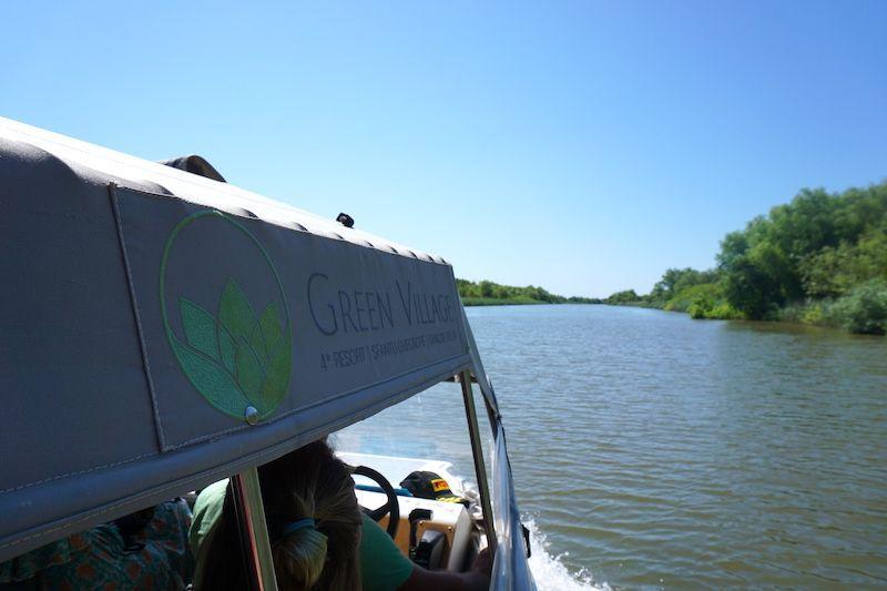 Barco del Green Village Resort para traslado de pasajeros y excursiones por el delta