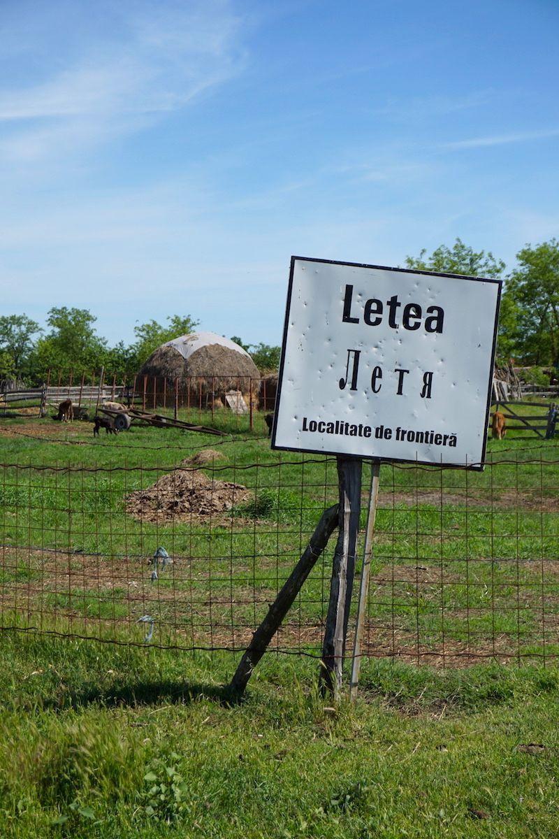El cartel que nos da la bienvenida a Letea