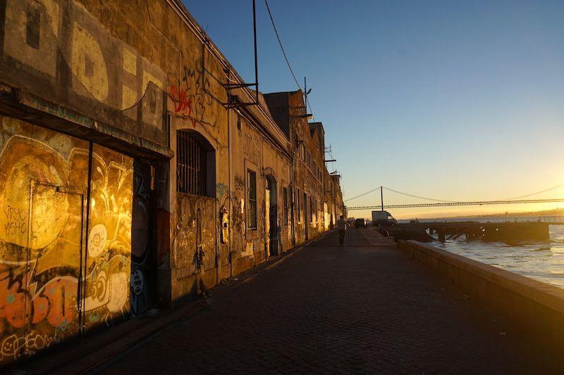 Rua do Ginjal y sus naves decadentes vestidas con la luz del atardecer