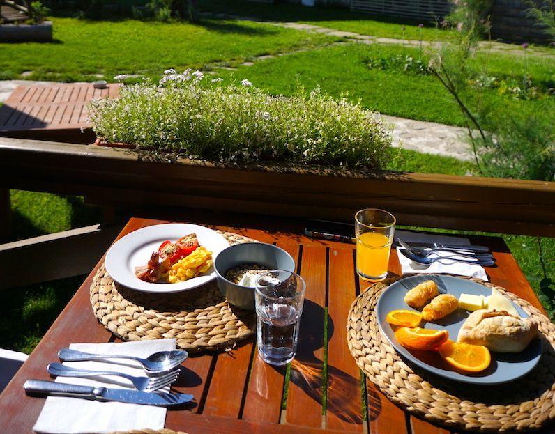 El Green Village Resort ofrece desayuno buffet y una terraza tranquila donde tomártelo
