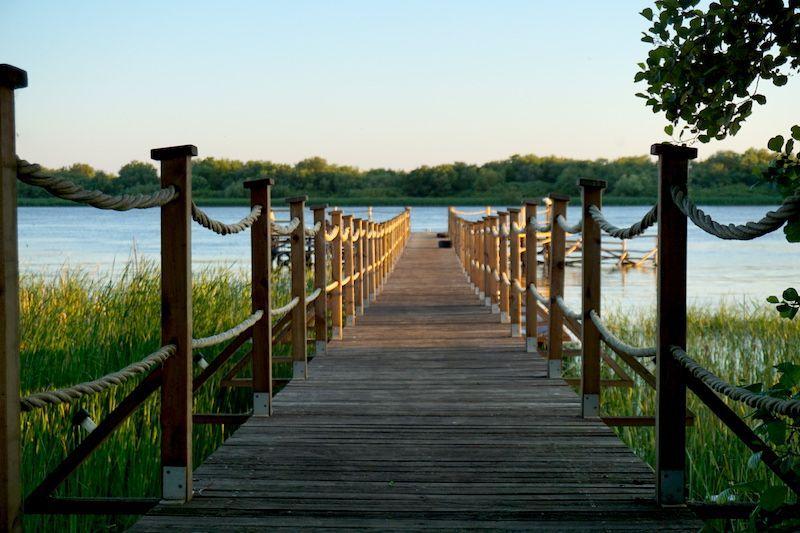 La pasarela de madera a través de la cual llegamos al Green Village Resort