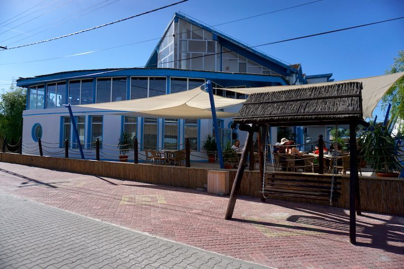El Hotel Sunrise y su banco-columpio desde donde disfrutar de atardeceres inolvidables en el delta del Danubio