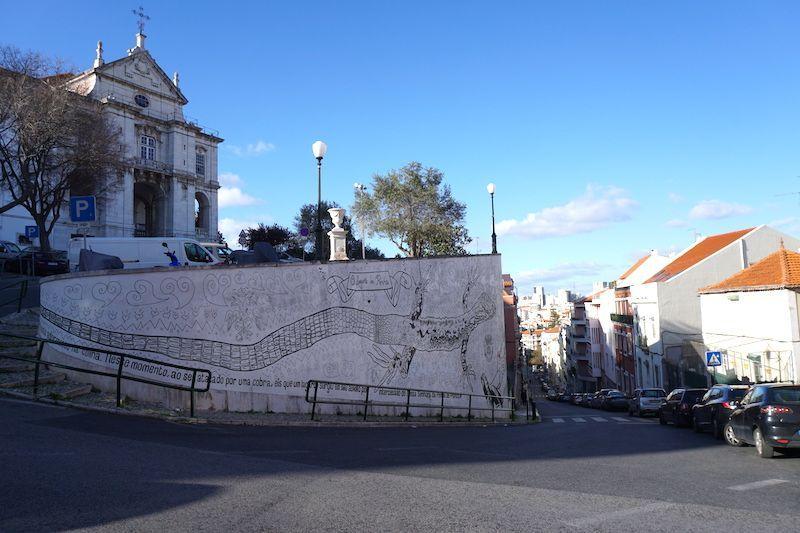 El mural de la leyenda del lagarto y la serpiente en Calçada Poço dos Mouros, Penha de França