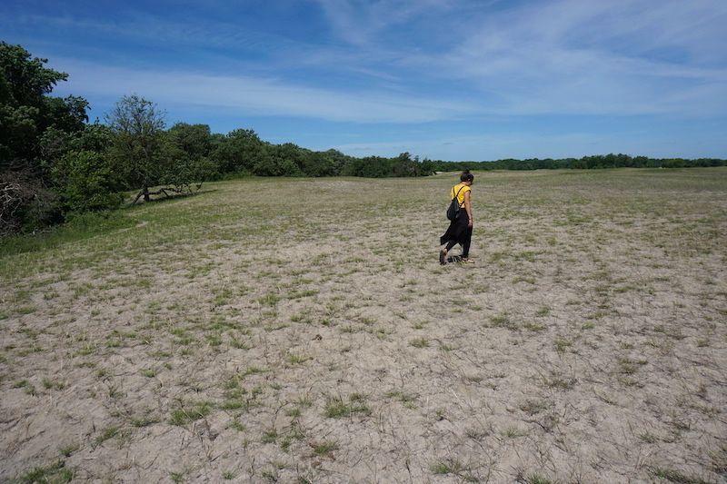 Inês caminando sobre las dunas en Letea Forest