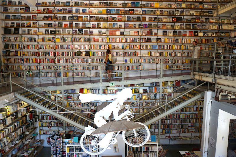 Inês en Ler Devagar, la librería que nació de una antigua imprenta de periódicos