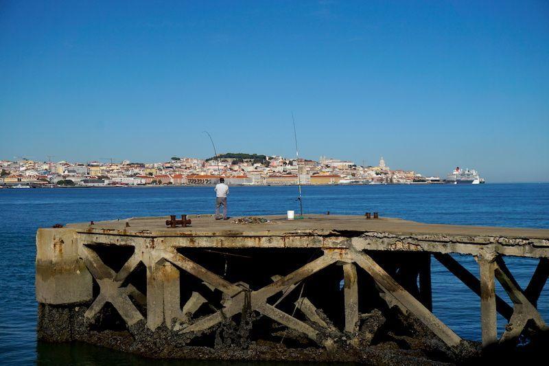 Pescador en Cacilhas. Lisboa al fondo, de testigo.