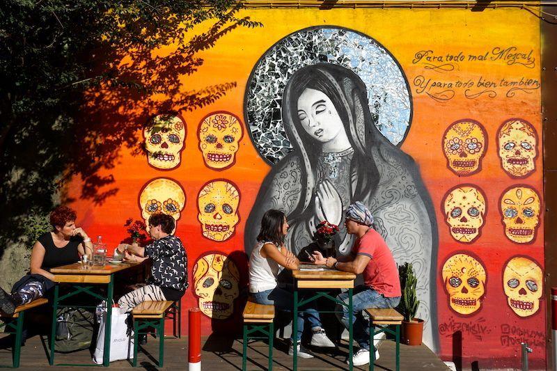 """Terraza del restaurante mexicano de LxFactory : """"Para todo mal, Mezcal. Para todo bien, también."""""""