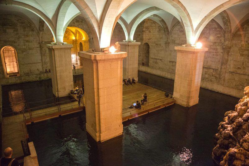 El impresionante interior del depósito de Mãe d'Água. Foto de Remerstien