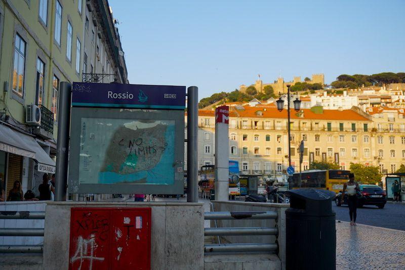 La estación de metro de Rossio, con el castillo de São Jorge al fondo