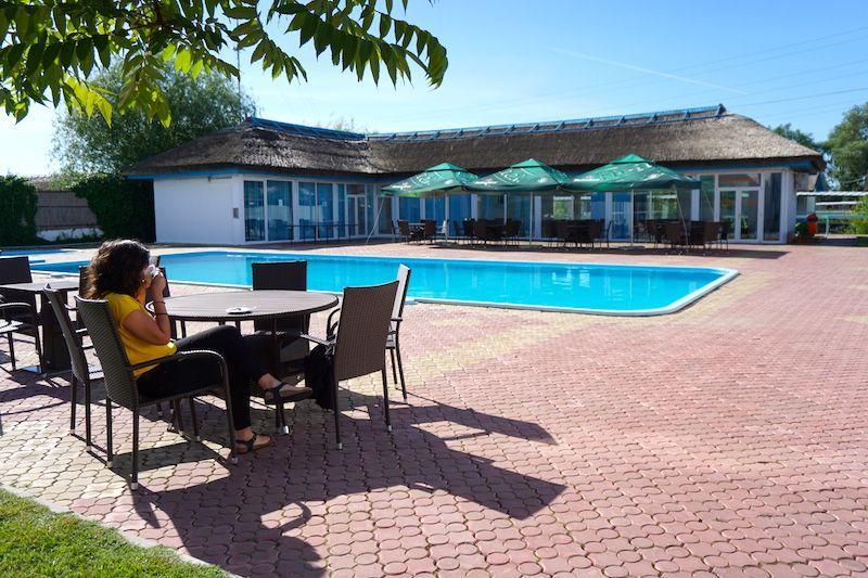 Tomando un café frente a la piscina del Hotel Sunrise