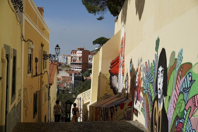 Rincón inexplorado en Graça con montones de Street Art
