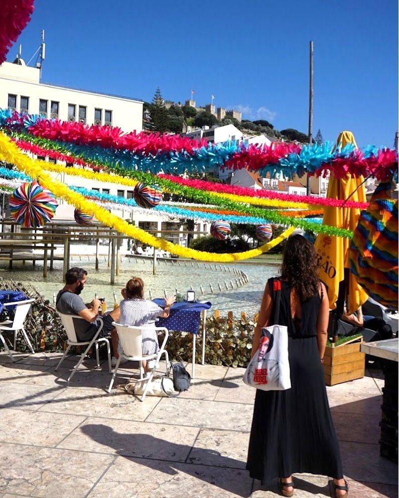 """La plaza de Martim Moniz en fiesta, con la decoración típica de los """"Santos Populares"""" en Lisboa"""