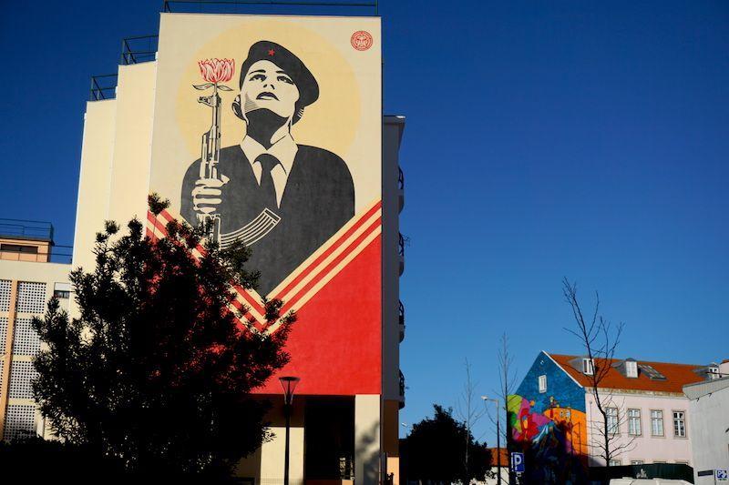 Mural del arista Shepard Fairey en homenaje a la revolución de los claveles, el 25 de Abril de 1974