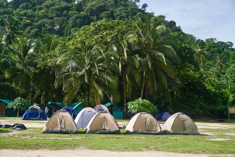 El camping del Cabo San Juan. Dormimos y nos despertamos con el romper de las olas de banda sonora. Nuestros compañeros de tienda fueron bastante silenciosos la verdad :)