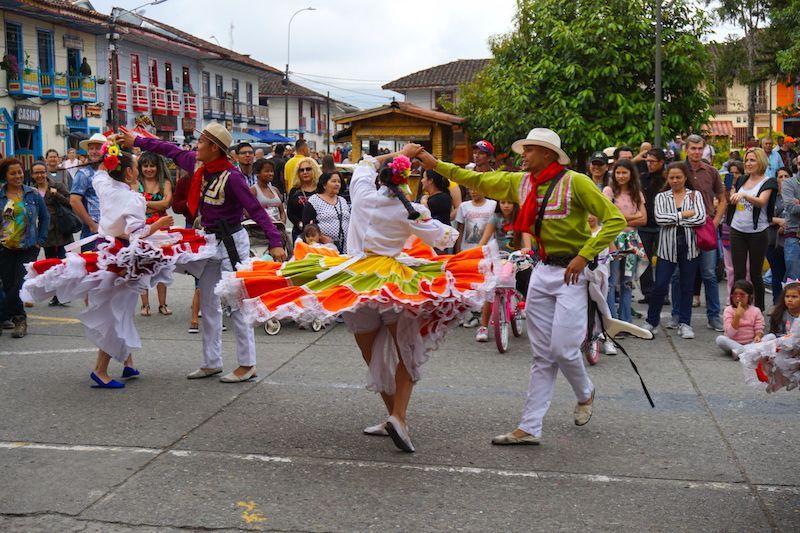 Baile con traje de chapolera, en la plaza del Filandia