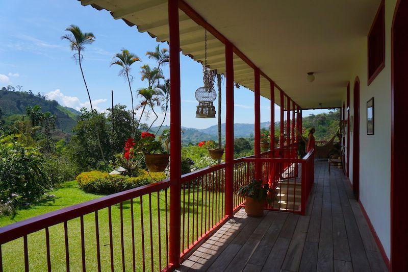 La hacienda cuenta con varias hamacas por sus pasillos para disfrutar del entorno
