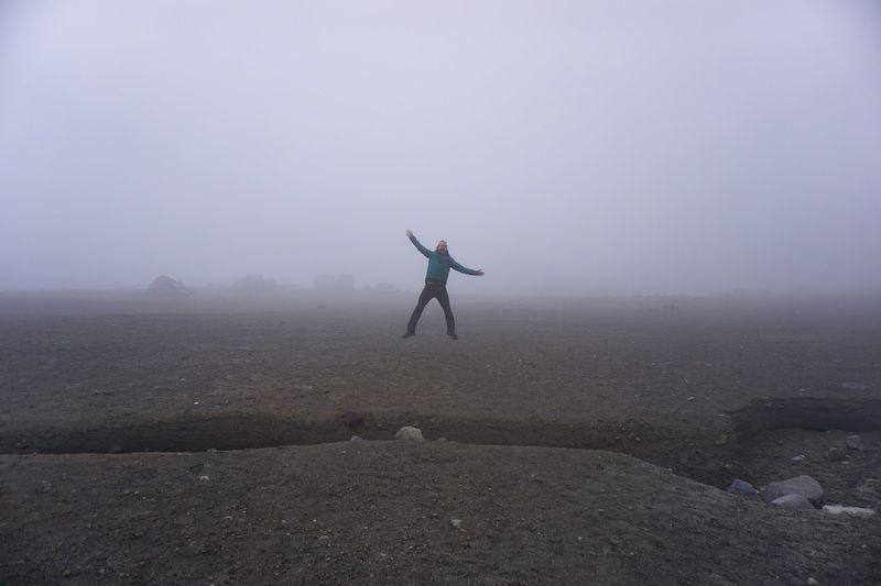 Chris saltando entre la niebla en el Nevado Ruiz