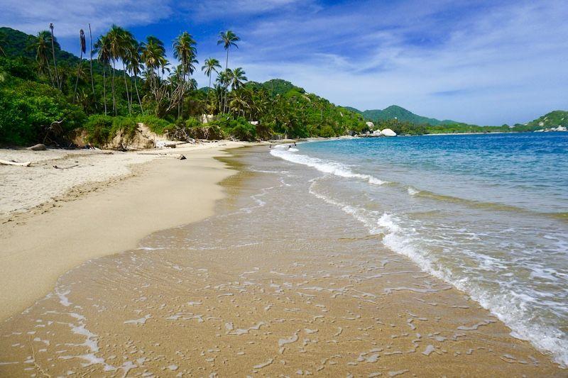 A esta playa increíble en el Tayrona no la verás así de vacía ni los fines de semana ni en vacaciones locales. Elige bien tus fechas, nosotrxs fuimos al Tayrona un martes de Noviembre.