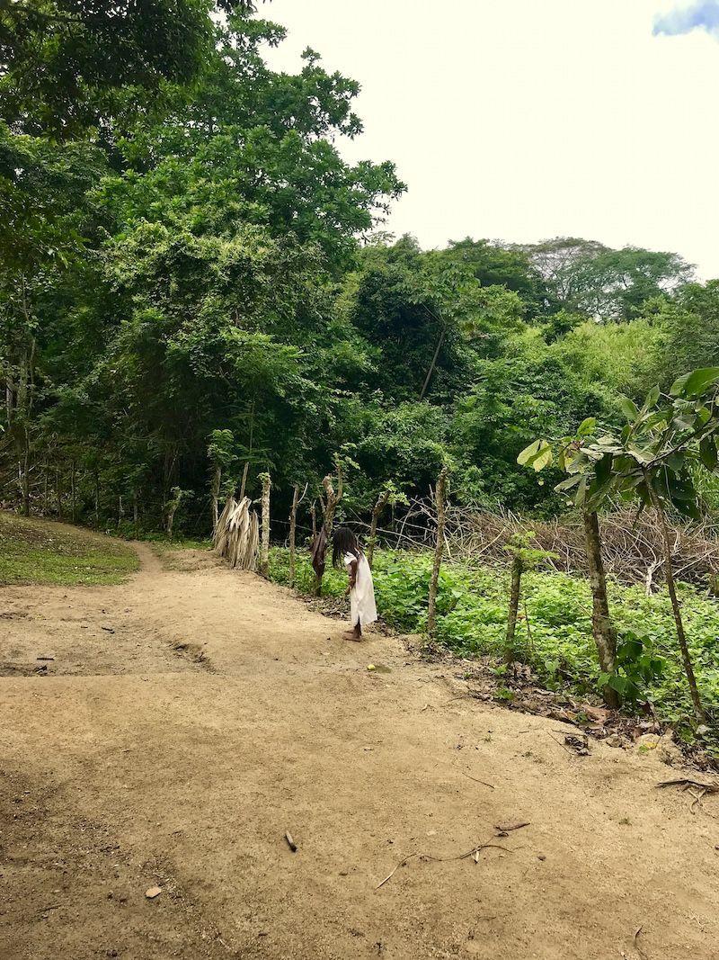 Una niña Kogui en el Tayrona, su casa