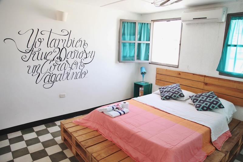 Una de las habitaciones privadas de La Mulata Hostel, en pleno centro de Santa Marta