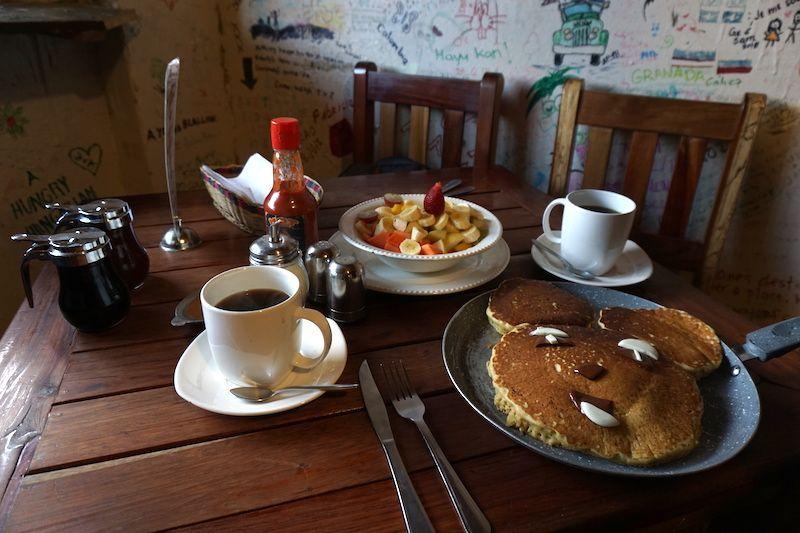 Desayunando bien antes de salir para el trekking, en el Brunch de Salento