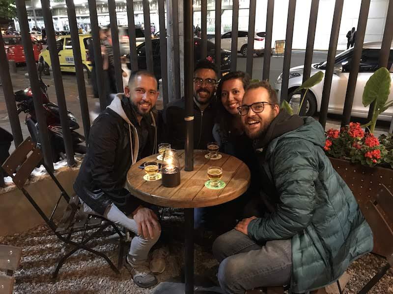 Nosotrxs con Luis Javier y Santiago disfrutando de una variedad de BBC.