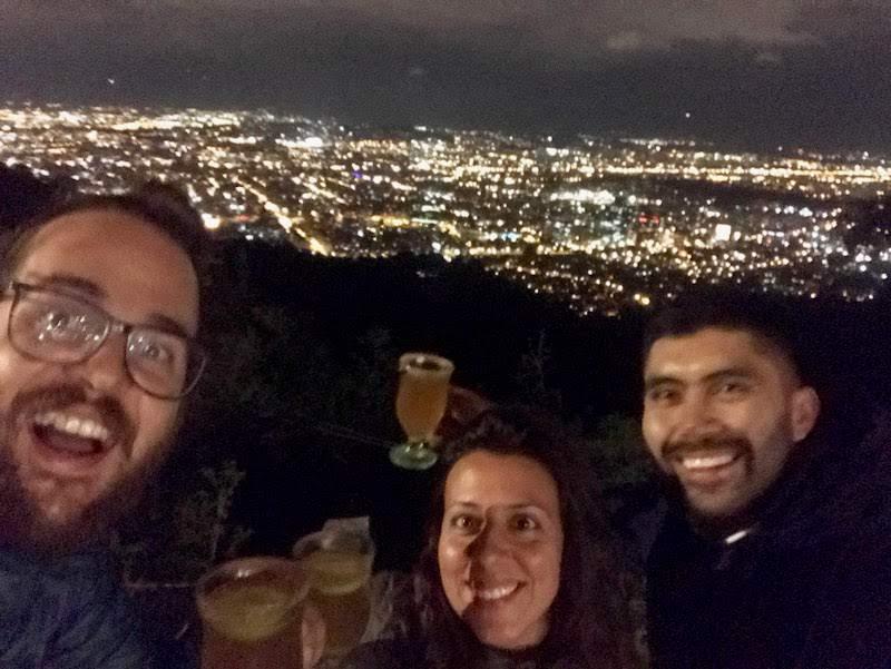 Con Duver, nuestro amigo bogotano, disfrutando de las vistas en la Calera de noche con canelazos calentitos de acompañamiento