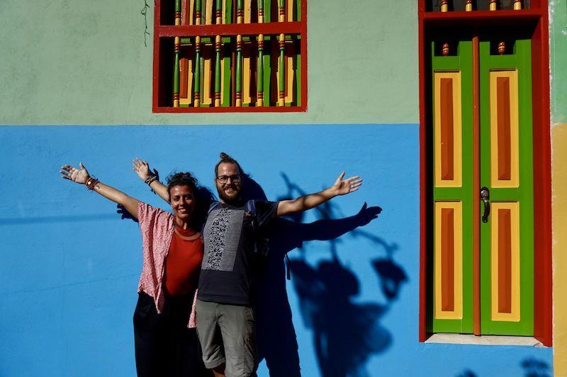 A dos horas en bus de Medellín te encontrarás en uno de los pueblos más coloridos que habrás visto nunca: Guatapé