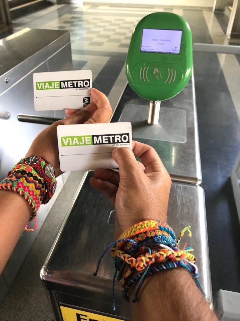 Nuestras dos 'MetroCard' en el metro de Medellín