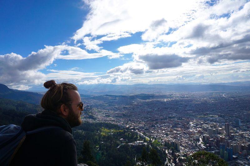 Chris contemplando la magnitud de los 8 millones de personas (que en realidad nos dijeron que son «mal contados» y nos lo creemos) a 3200 metros, mirador de Monserrate, Bogotá