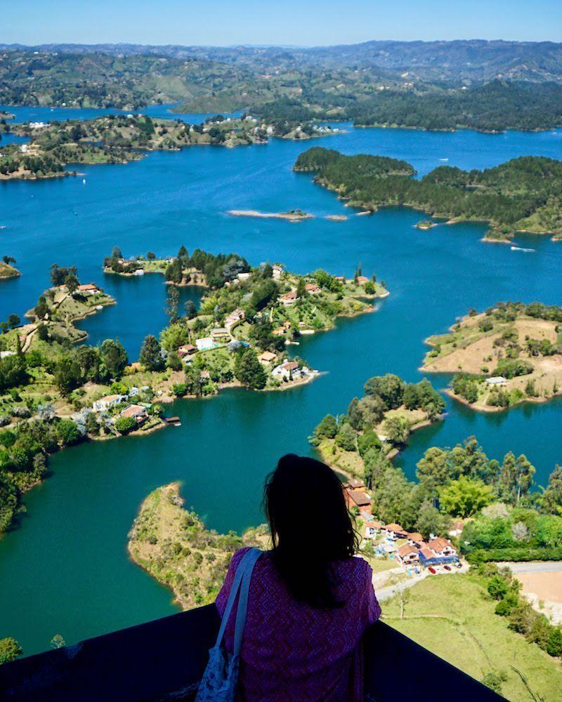 Las vistas impresionantes desde lo alto de la Piedra del Peñol