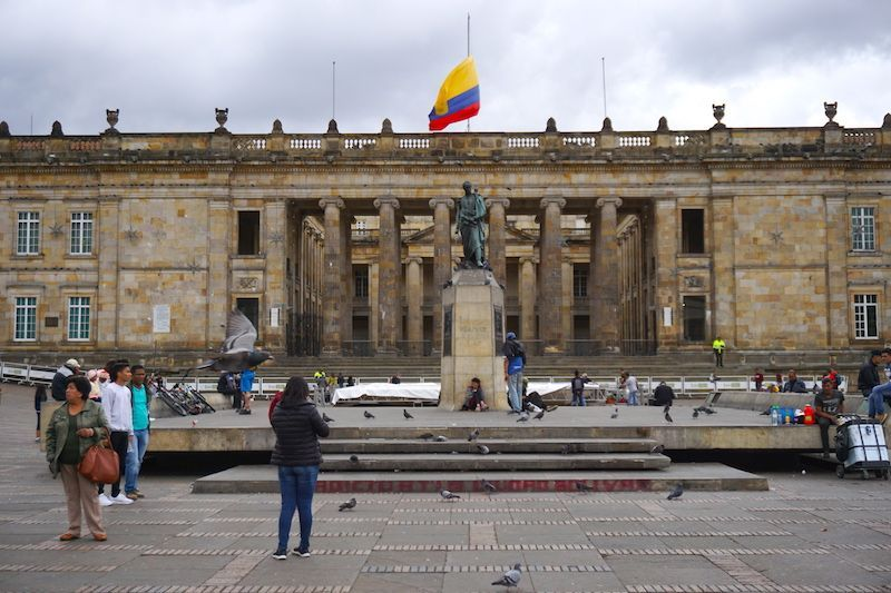 La estatua de Simón Bolívar en el centro de la plaza